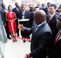 Le président Kabila vient de couper le ruban symbolique inaugurant le centre rég