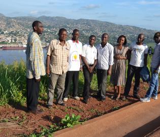 Une vue du port de Matadi avec en avant-plan un groupe de journalistes revenant de Muanda. LE SOFT NUMERIQUE-DE PAULIN.